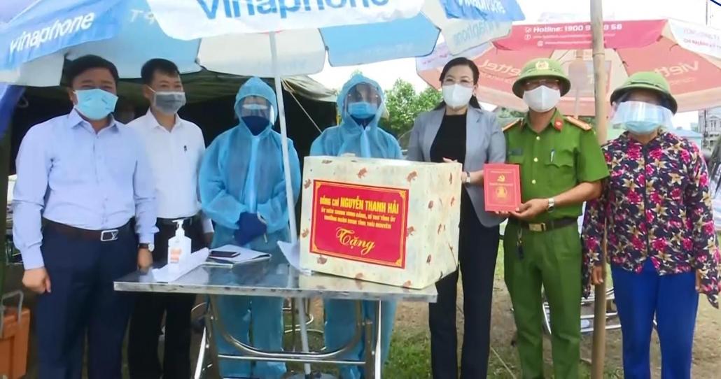 Đồng chí Bí thư Tỉnh ủy thăm, động viên các lực lượng tại chốt kiểm soát dịch bệnh COVID-19