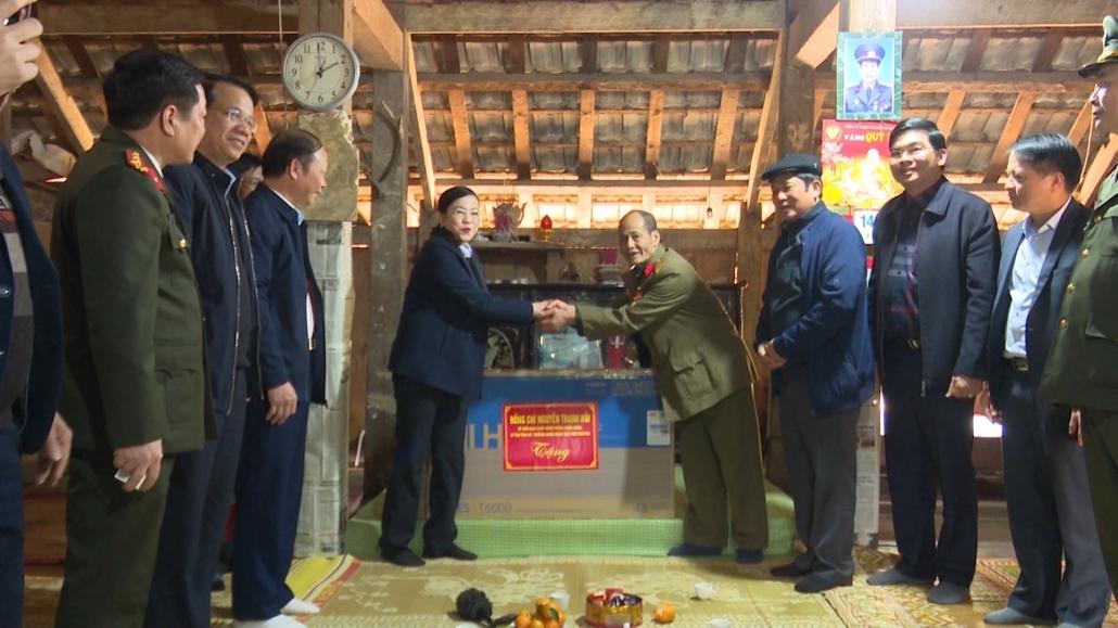 Đồng chí Bí thư Tỉnh ủy tặng quà đồng bào dân tộc Mông xóm Bản Tèn, xã Văn Lăng, huyện Đồng Hỷ