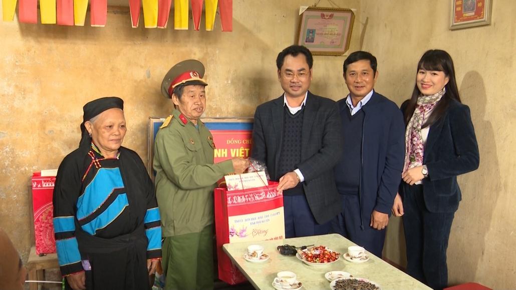 """Đồng chí Chủ tịch UBND tỉnh thăm và tặng quà chương trình """"Tết vì người nghèo"""" tại Yên Ninh, Phú Lương"""
