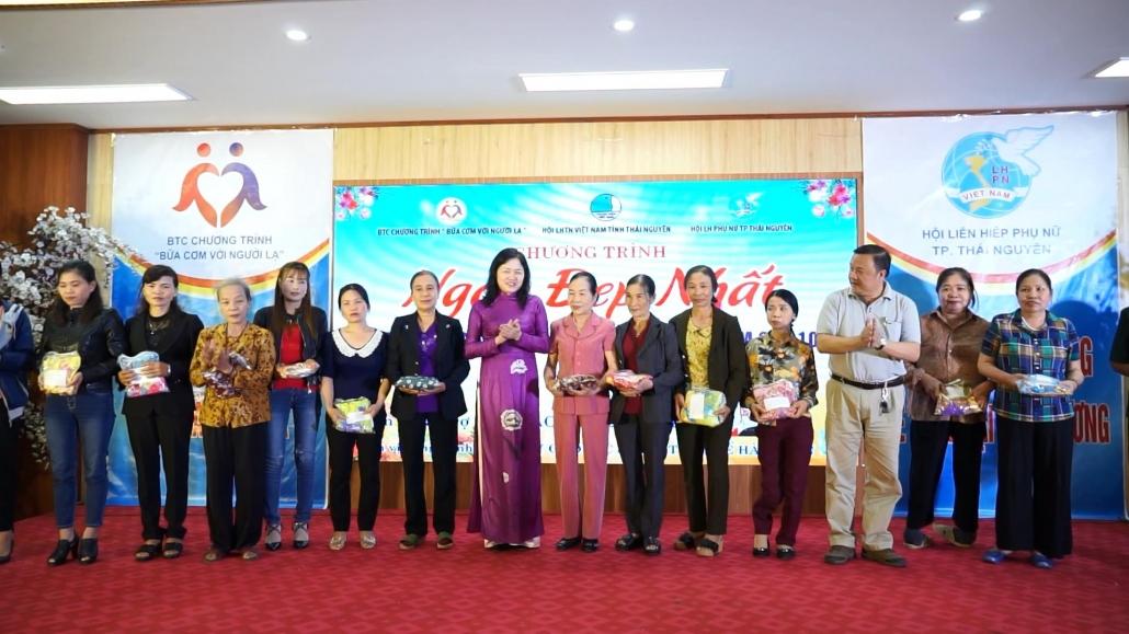 将90套传统长袍赠送给特困的女会员