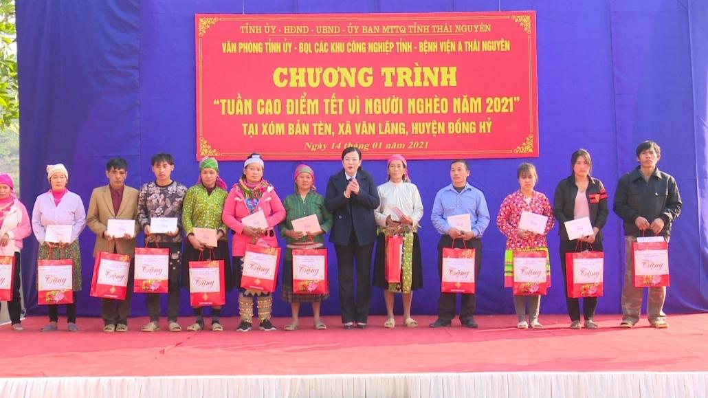 Bí thư Tỉnh ủy thăm, tặng quà đồng bào dân tộc Mông xóm Bản Tèn, xã Văn Lăng, Đồng Hỷ